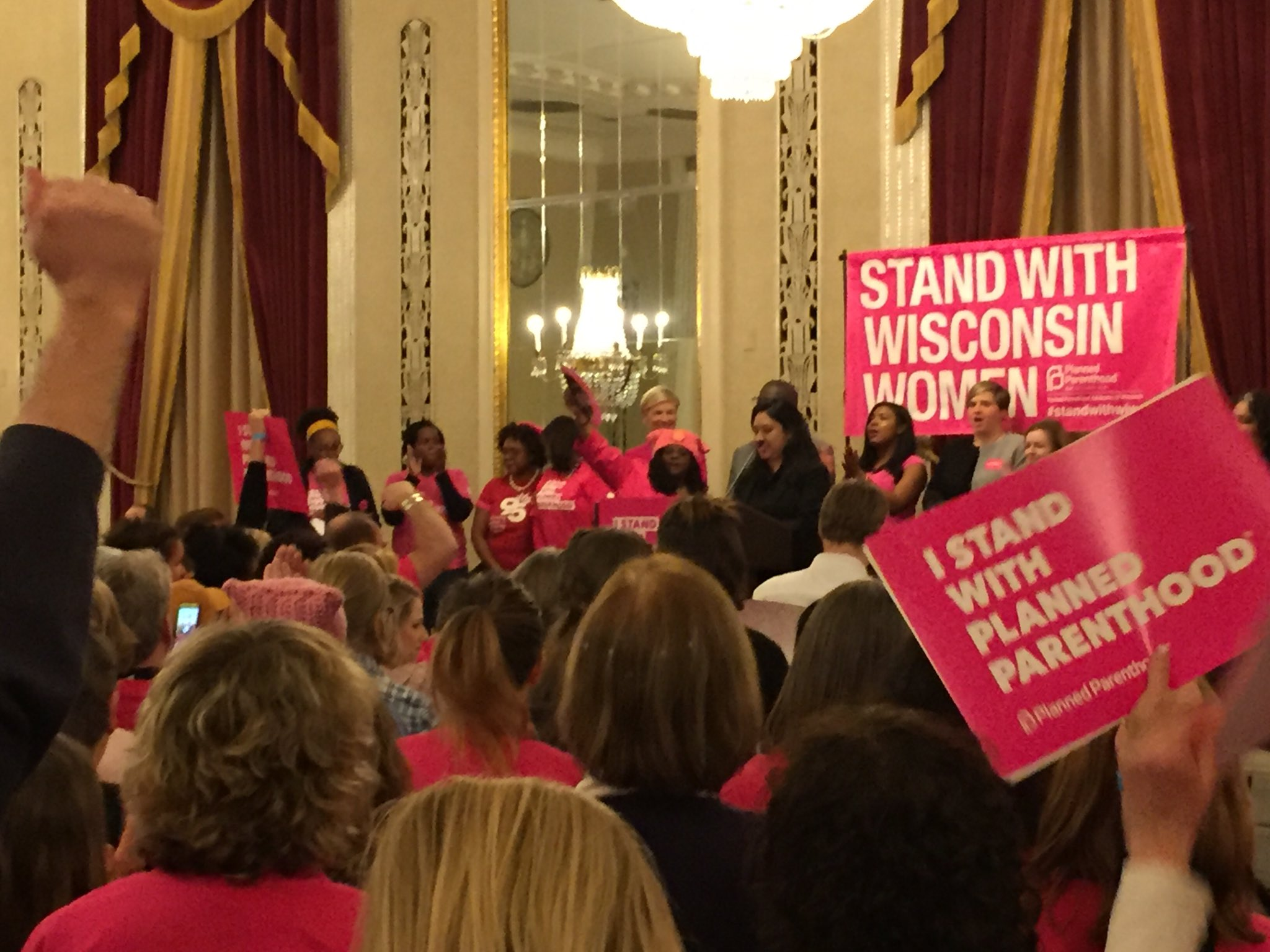 Hundreds gather to support Planned Parenthood