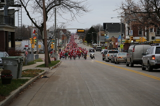 Hundreds of Santas invade the streets of MKE