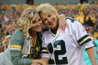 Packers players, fans brave rain at Family Night