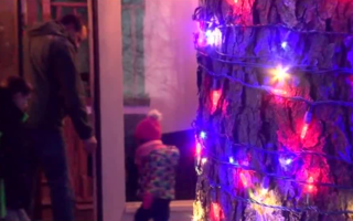 Local vets surprised w/ free holiday decorations