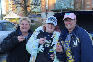 Chilly Brewers tailgating before game 7 [PHOTOS]