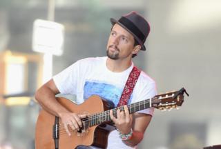 Jason Mraz sings to kids at Wisconsin hospital